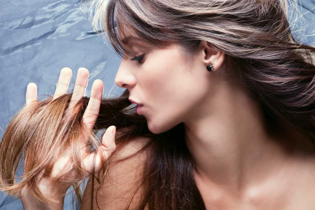 Результат будет заметнее, если вы параллельно с питательными масками для волос включите в свой рацион рыбу и зеленые овощи