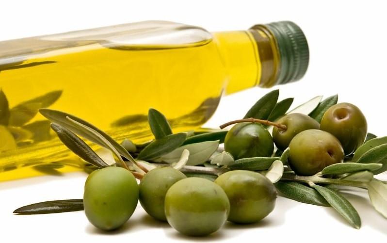 Сочетание оливкового масла и картофеля избавляет от шелушения и покраснения кожи лица