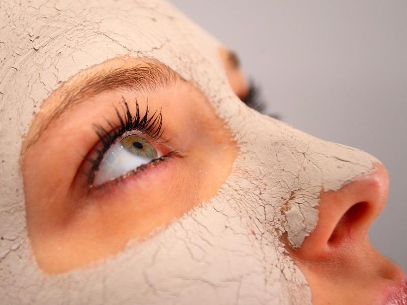 Чтобы улучшить состояние и внешний вид кожи, за ней необходим тщательный и регулярный уход и одной из его составляющих являются маски для упругости кожи лица