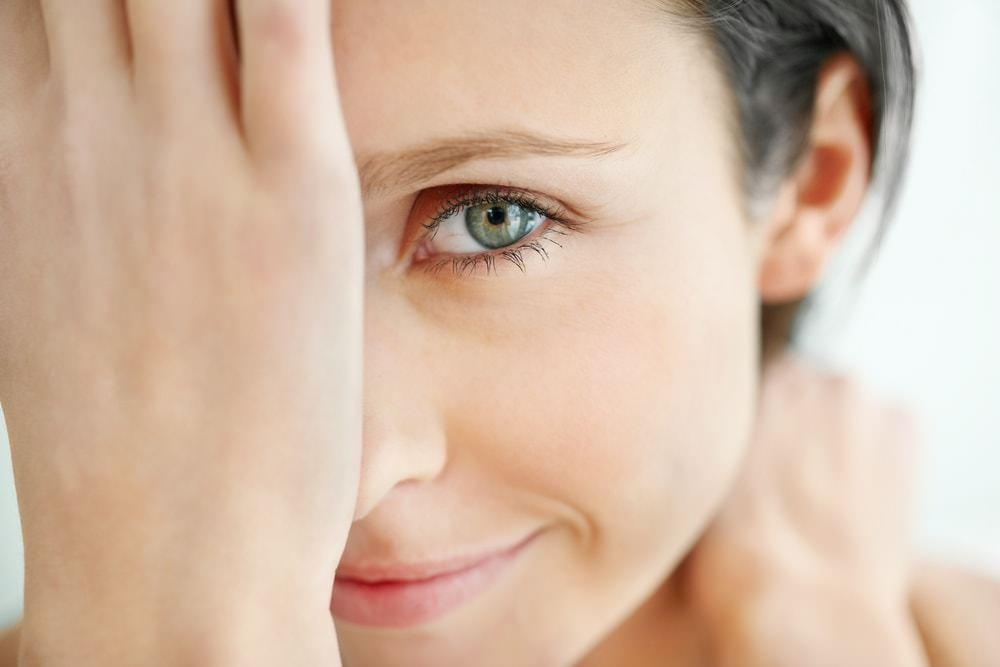 Легко избавиться от косметических дефектов кожи вокруг глаз можно за счет маски для век, изготовленной дома с использованием самых полезных ингредиентов
