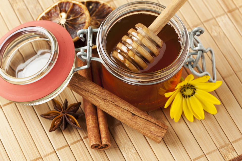 Содержащиеся в меде и корице витамины А, B, C, PP, эфирные масла и минералы заметно воздействуют на общее состояние кожи головы и волос