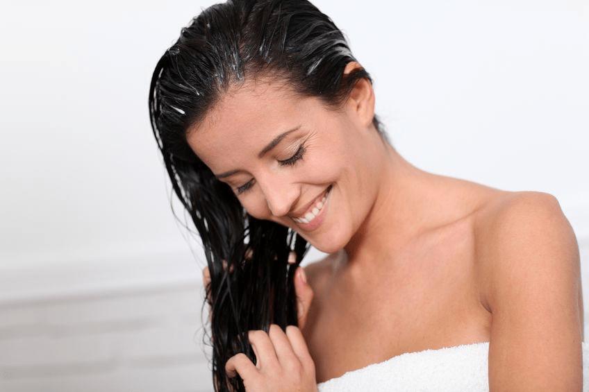 Девушкам с сухими волосами перед нанесением маски стоит смазывать концы волос репейным маслом