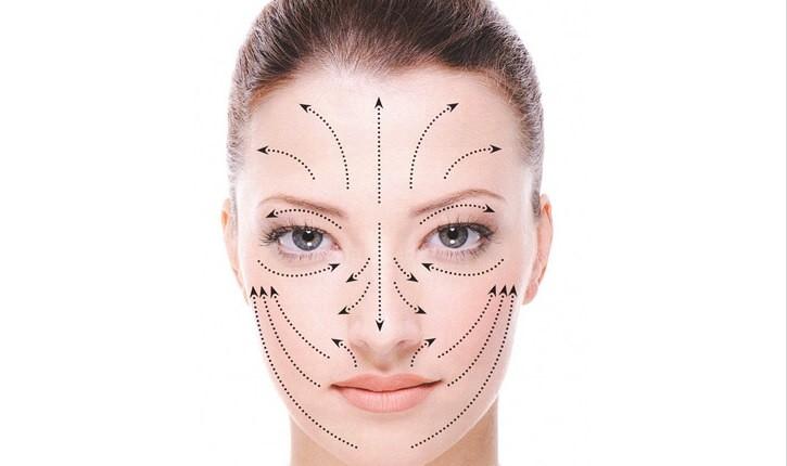 Наносите косметические маски по линиям, начиная от подбородка и двигаясь вверх, как рекомендуют специалисты