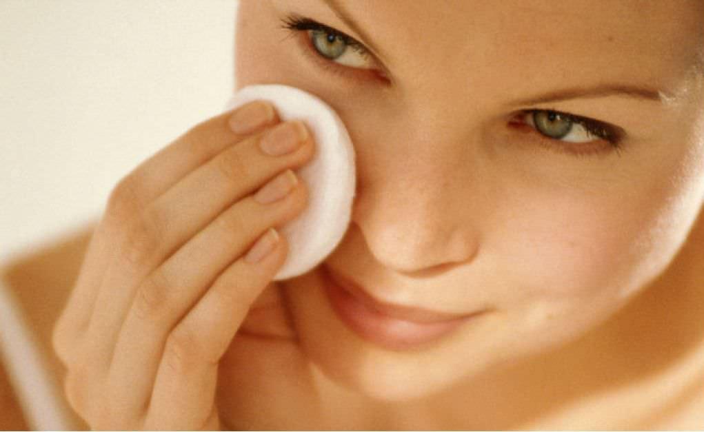 Смывайте маски в два подхода: сначала горячей водой, а после – холодной, для тонизации кожи