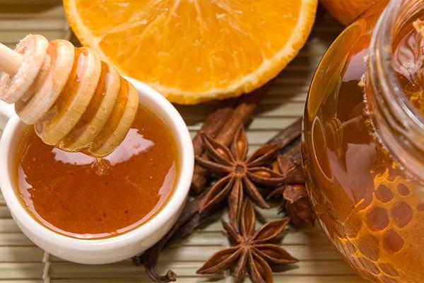 Мед и корица, входящие в состав масок для волос, не только лечат и восстанавливают локоны, но и эффективно используются в качестве осветлителя