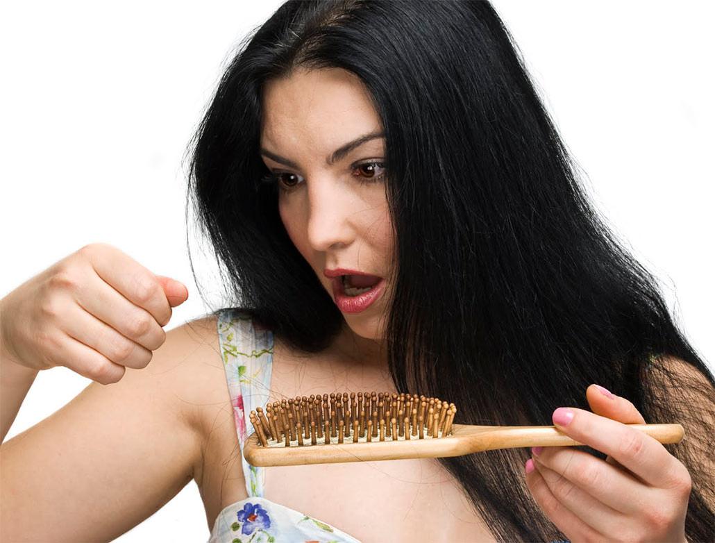 Сильные эмоции и переживания провоцируют нарушения в работе внутренних органов, что в свою очередь сильно влияет на структуру волос