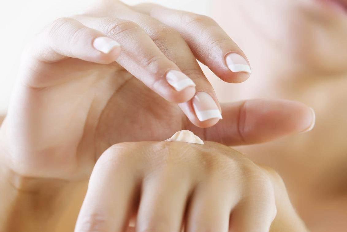 Для интенсивного увлажнения кожи, косметические процедуры лучше выполнять вечером, оставляя питательные вещества на ночь