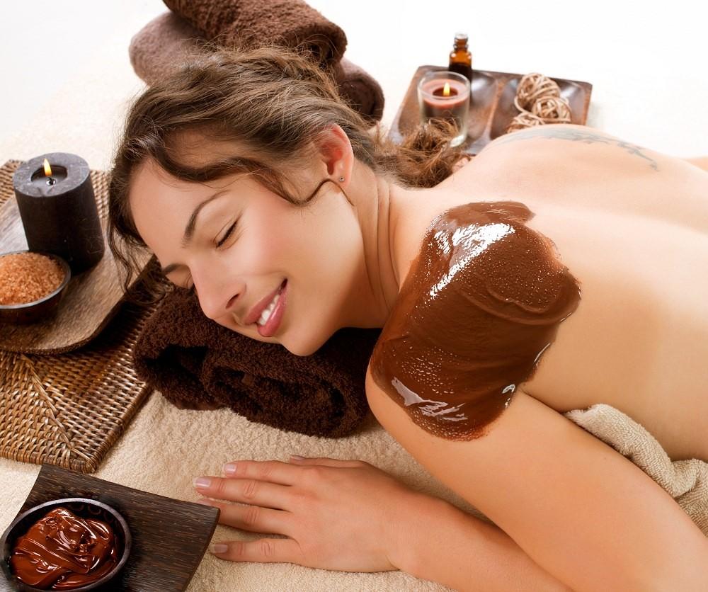 Шоколадные маски применяют не только на кожу лица, но и на все тело, тем самым создавая неизгладимое впечатление на долгое время