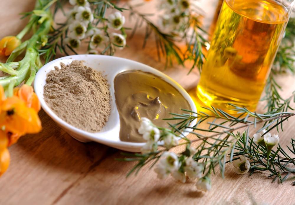 Маска из меда, масла оливы и глины способна создать максимально благоприятное воздействие на клетки сухой кожи, подпитать их и увлажнить