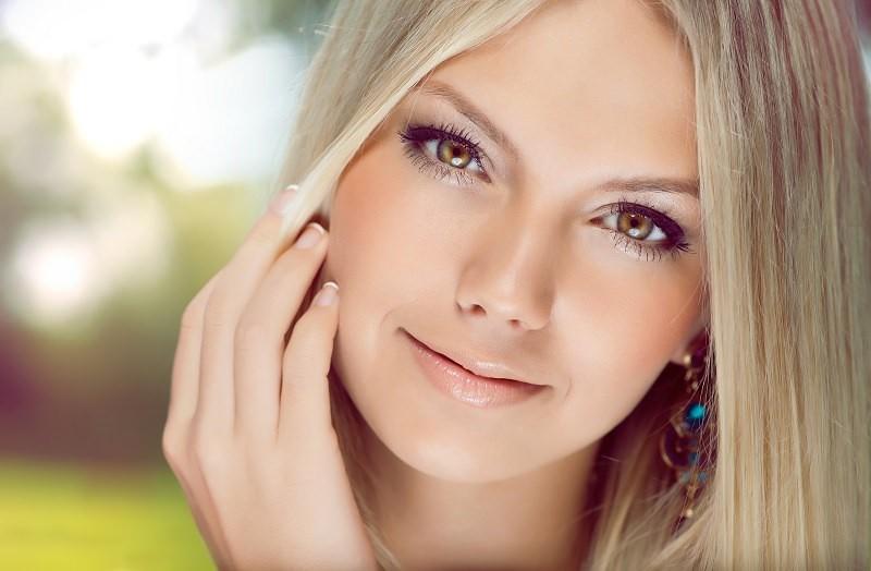 Девушки со светлой кожей используют облепиху для придания свежести и здорового румянца на лице