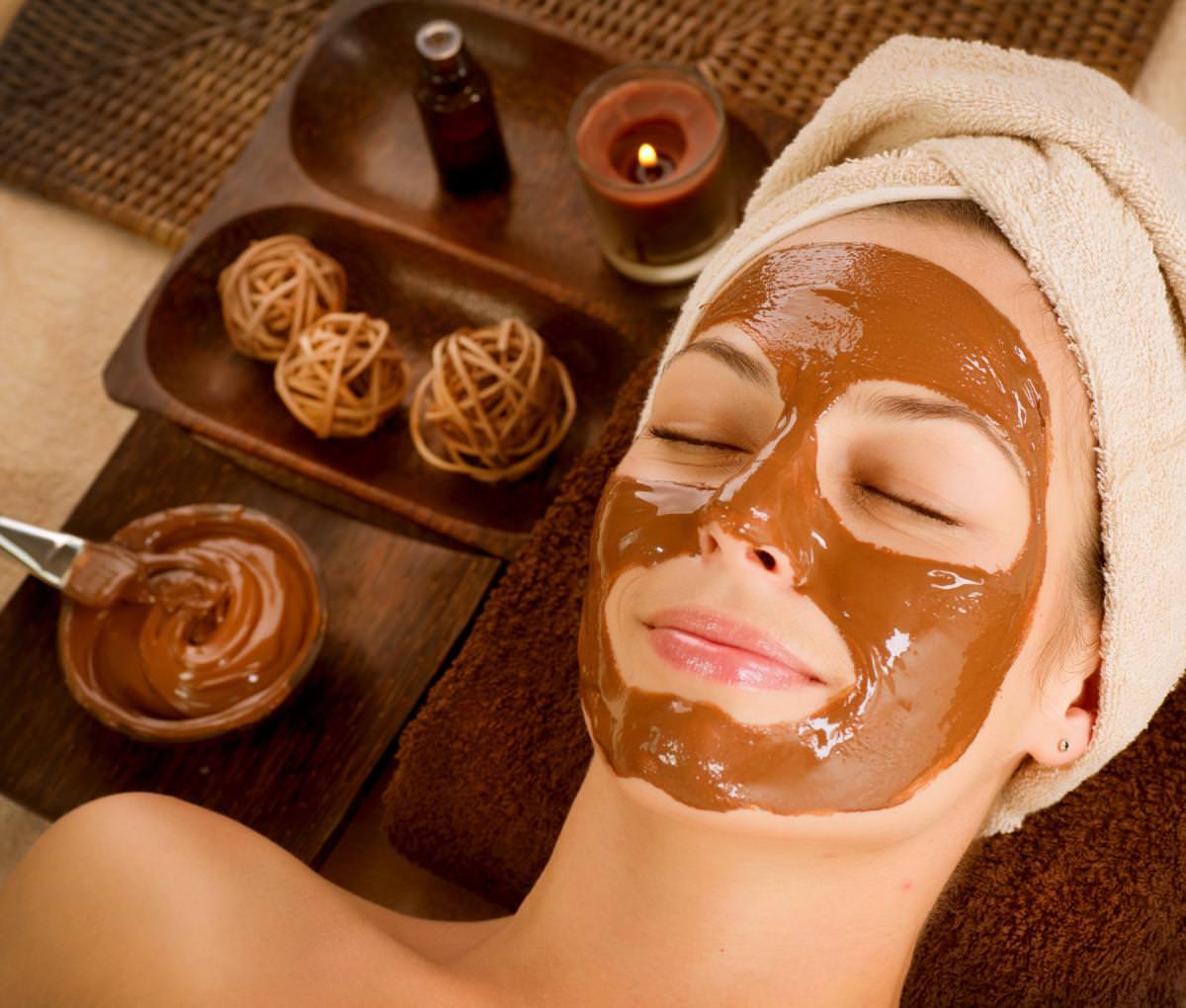 В какао также находятся пантотеновые кислоты, которые позволяют омолодить кожу и разгладить морщинки