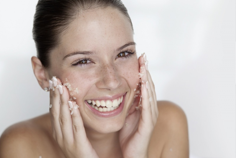Наносите омолаживающую маску на тщательно очищенную кожу, желательно после скраба или пилинга