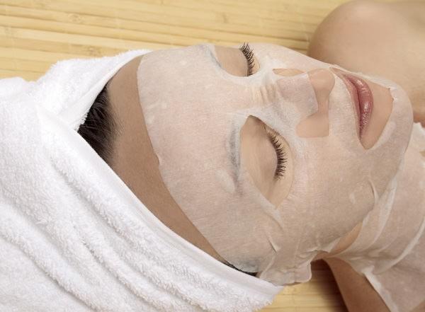 Тканевая маска пропитана гиалуроновой кислотой и другими веществами, способствующими разглаживанию морщинок и увлажнению кожи лица