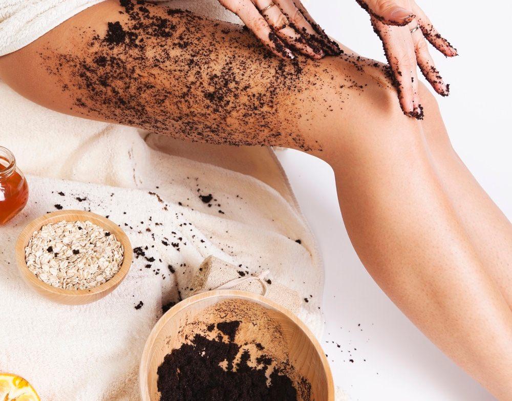 Маски для ног с молотым кофе действуют как скраб, отшелушивают ороговевшие клетки кожи