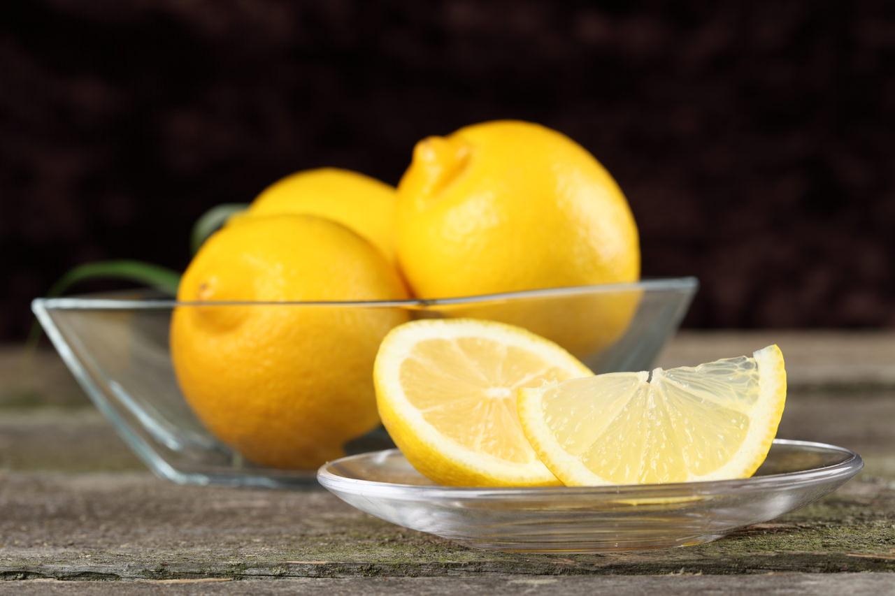 Универсальный состав лимона влияет на то, что кожные покровы лица очищаются, подтягиваются и отбеливаются