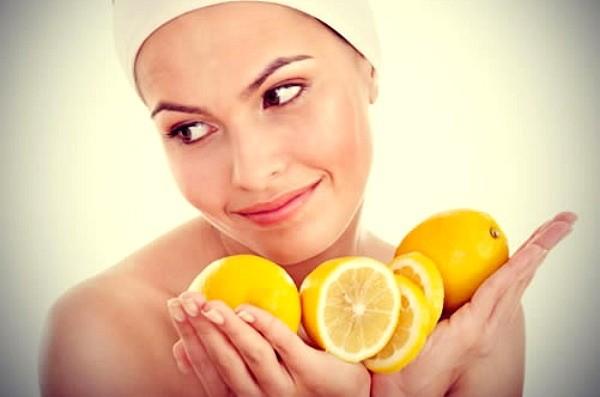 Маска на основе лимонного сока отлично тонизирует кожу лица и помогает бороться с первыми признаками старения