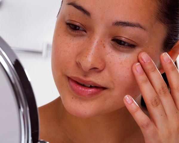 Отбеливающие маски для лица оказывают комплексное воздействие, оживляя оттенок кожи и делая её более живой