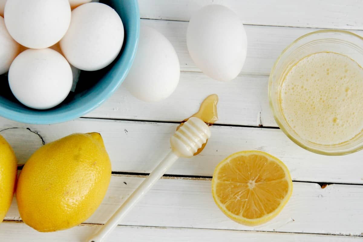 Репейная маска с медом и лимонным соком превосходно питает и восстанавливает структуру волос