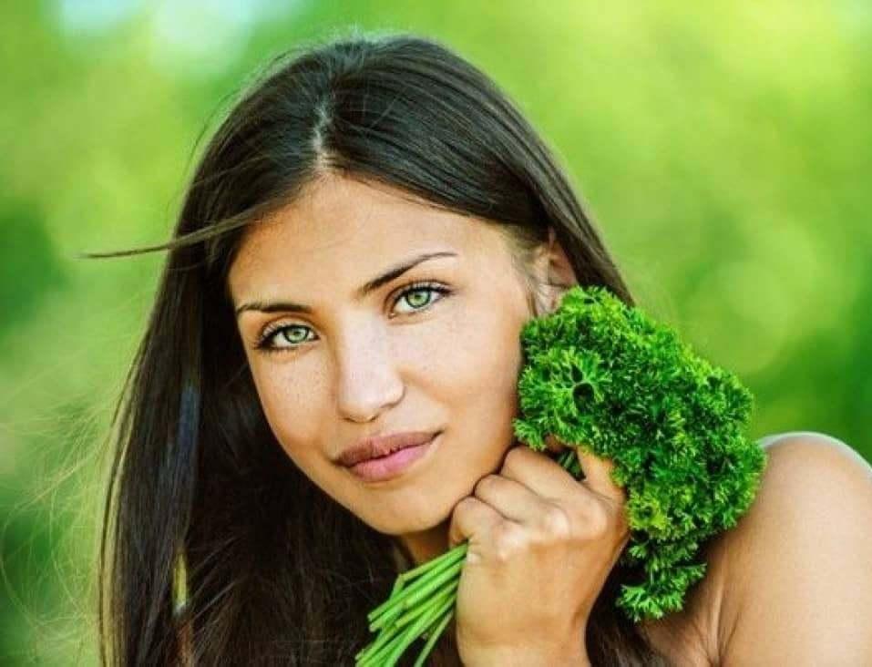 Чтобы достичь быстрого положительного эффекта от маски для лица, необходимо правильно питаться, пить больше воды и избавиться от вредных привычек