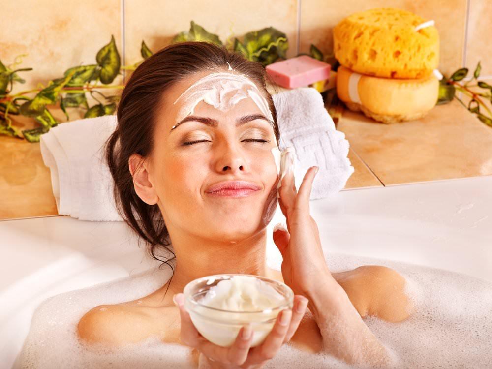 Применяйте маски исключительно в вечернее время, так как кожа негативно реагирует на воздействие солнечных лучей