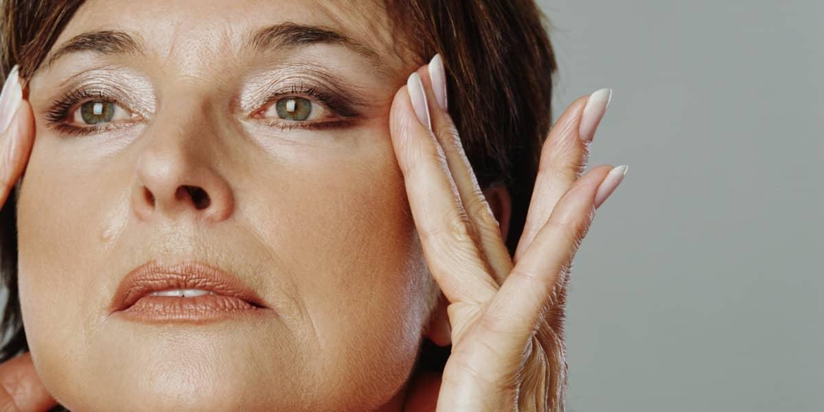 Перед тем как нанести маску для лица от морщин, необходимо тщательно очистить кожный покров