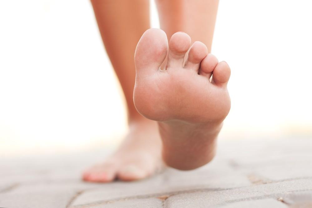 Маска-носки прекрасно увлажняет кожу стоп и лечит мелкие трещинки