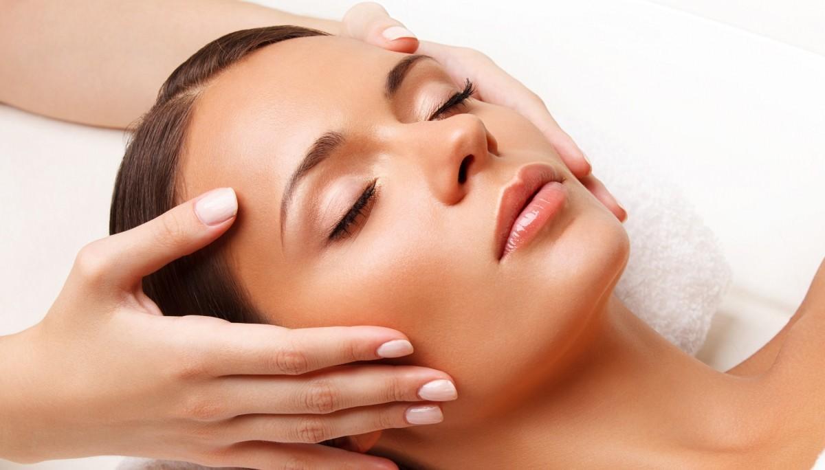 Чтобы эффект омоложения от использования масок, сделанных в домашних условиях был максимальным, нужно сочетать их с массажем лица