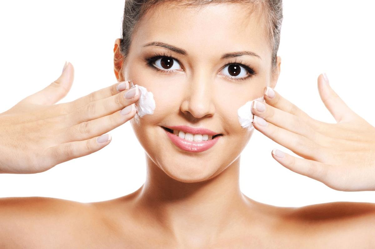 При использовании маски из сметаны и меда для лица убирается верхний слой отмерших клеток