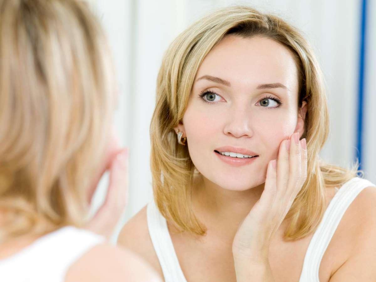 Перед тем, как приступить к использованию омолаживающих процедур, необходимо вылечить лицо, если на нем имеются изъяны или кожные заболевания