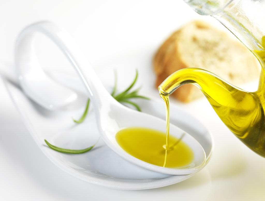 При использовании маски на основе меда и оливкового масла, руки становятся мягкими, а кожа – как шелк