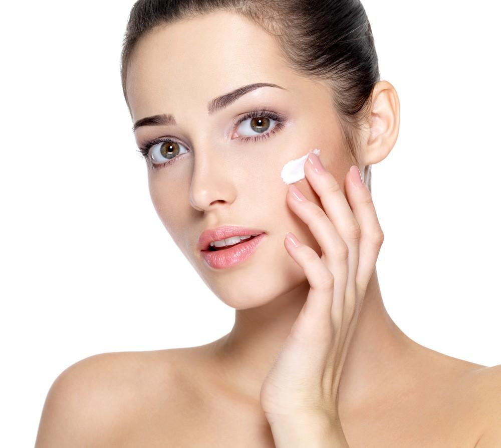 Нанесение крема – один из важных процессов, поскольку посредством маски с глиной снимается верхний слой эпидермиса, а если использовать такой состав регулярно, то защитная функция покрова может ослабеть