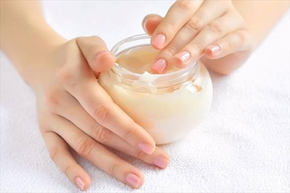 Питать и увлажнять кожу рук очень важно, без этого она будет сухой и быстро постареет