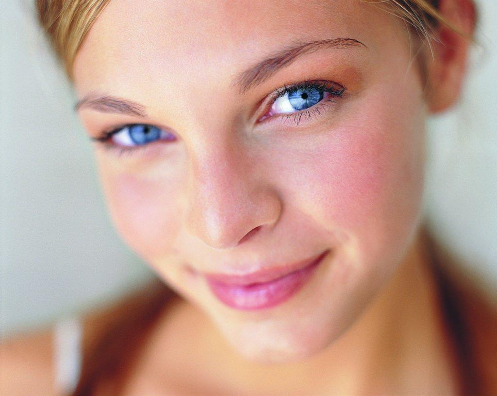 Маска с глиной стимулирует улучшение кровообращения, что и способствует появлению покраснения, но это пройдет сразу же после снятия косметического средства