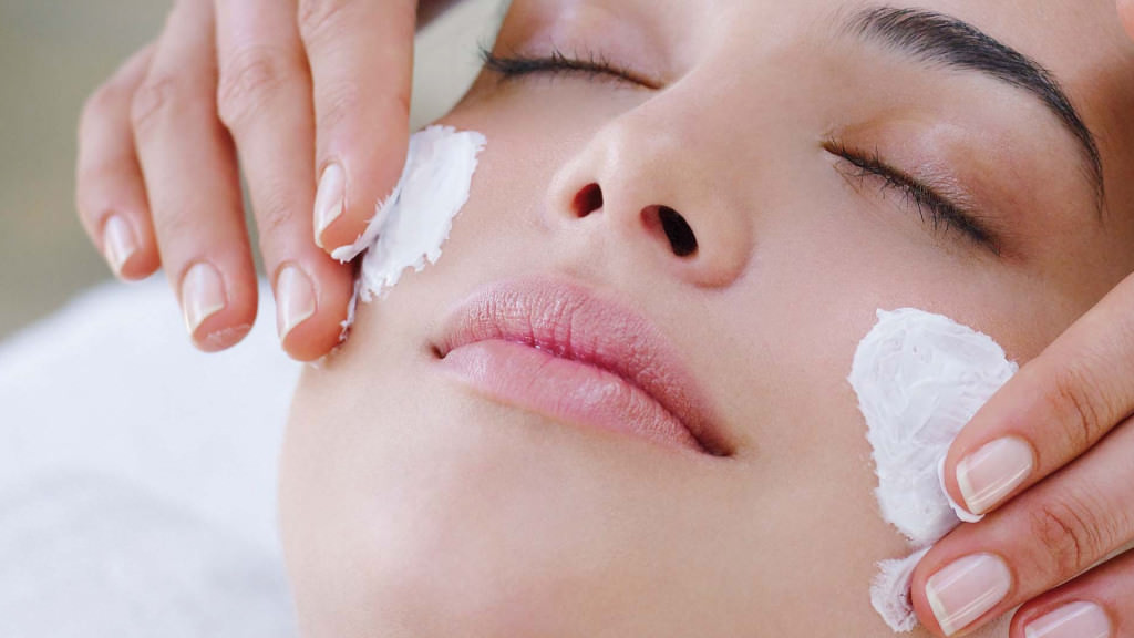 Маску для увлажнения кожи лица рационально готовить прямо перед применением и всего на одну процедуру