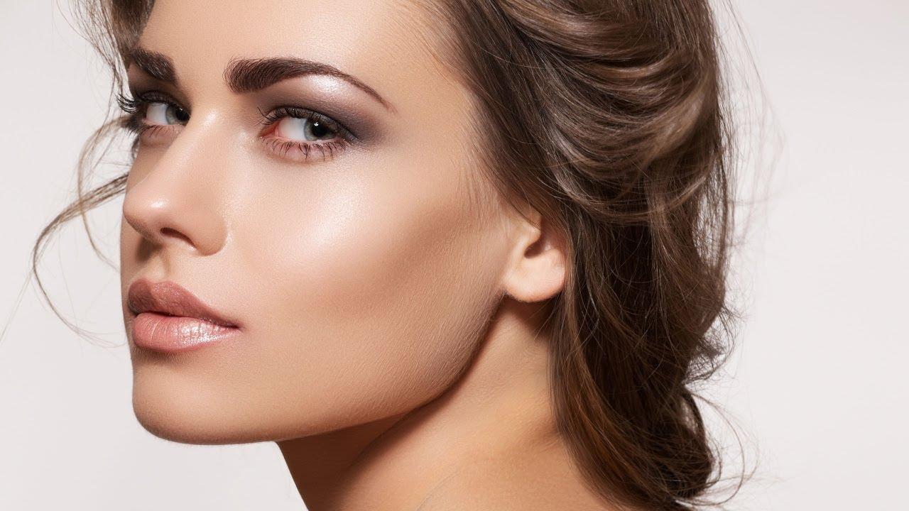 Маска из яйца и сметаны помогает коже лица выглядеть свежей и подтянутой