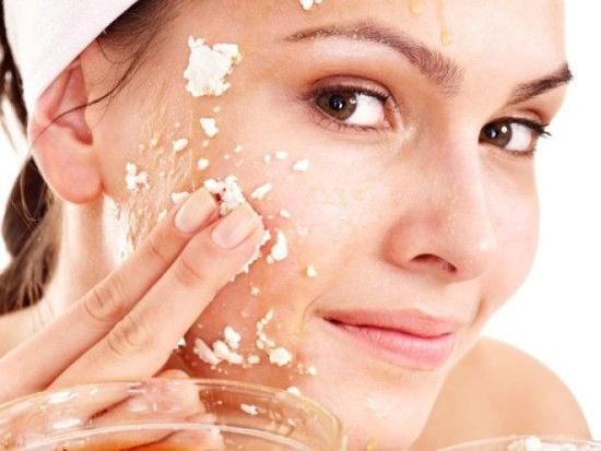 Маска из геркулеса очищает кожу, насыщает ее витаминами и укрепляет структуру кожи, предотвращая появление морщин