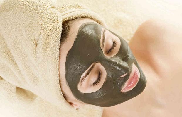 Благодаря наличию минеральных солей, маска из глины для лица питает эпидермис и ухаживает за ним