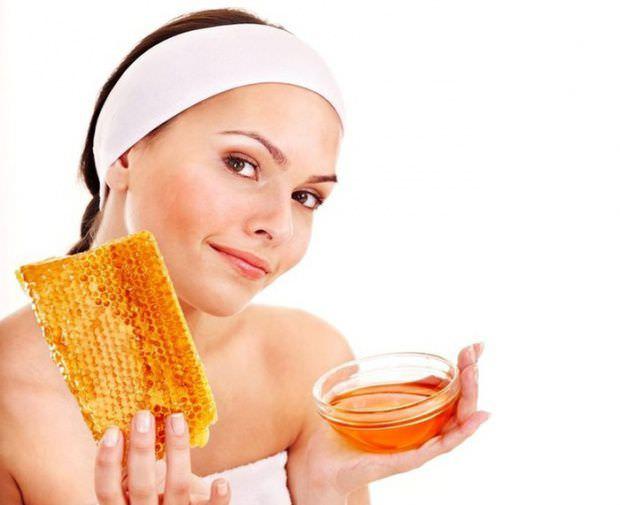 Медовая маска для лица повышает защитные свойства кожи, выводит токсины и насыщает клетки энергией