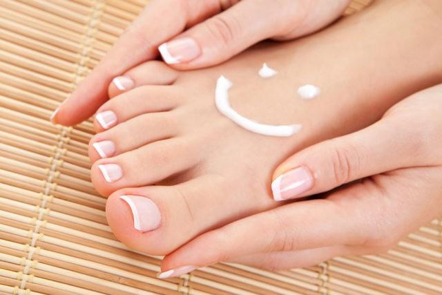 Маска-носки для ног стимулирует обменные процессы в коже стоп, делая их более эластичными и упругими