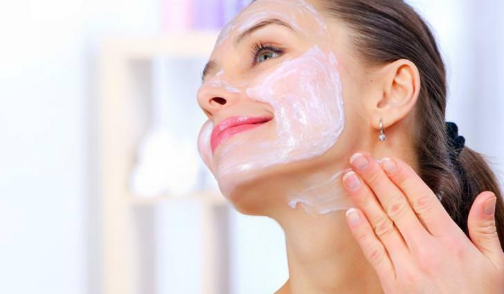 Хороший омолаживающий эффект могут дать не только салонные процедуры, но и маски для лица, сделанные в домашних условиях