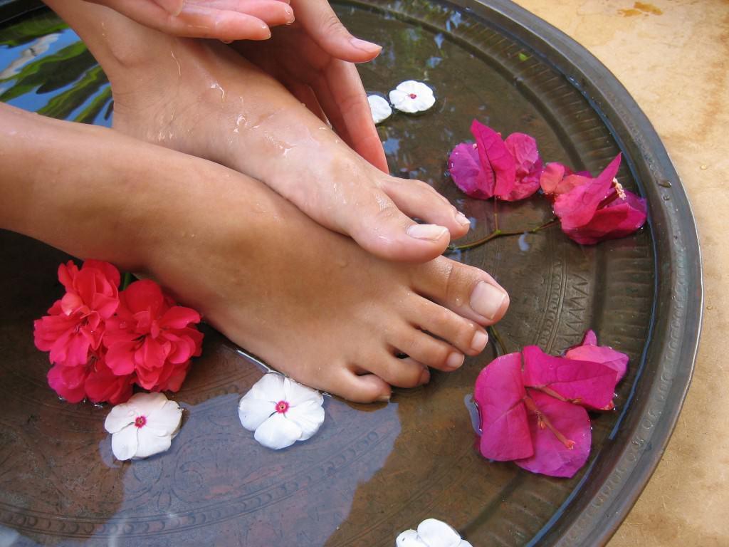 Домашние маски для ног помогут коже полностью освободиться от омертвевших частиц и стать свежей и нежной