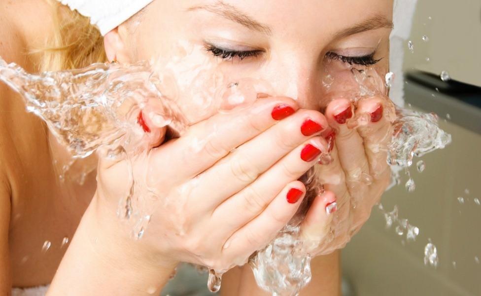 Перед нанесением альгинатной маски, необходимо очистить лицо косметическими средствами