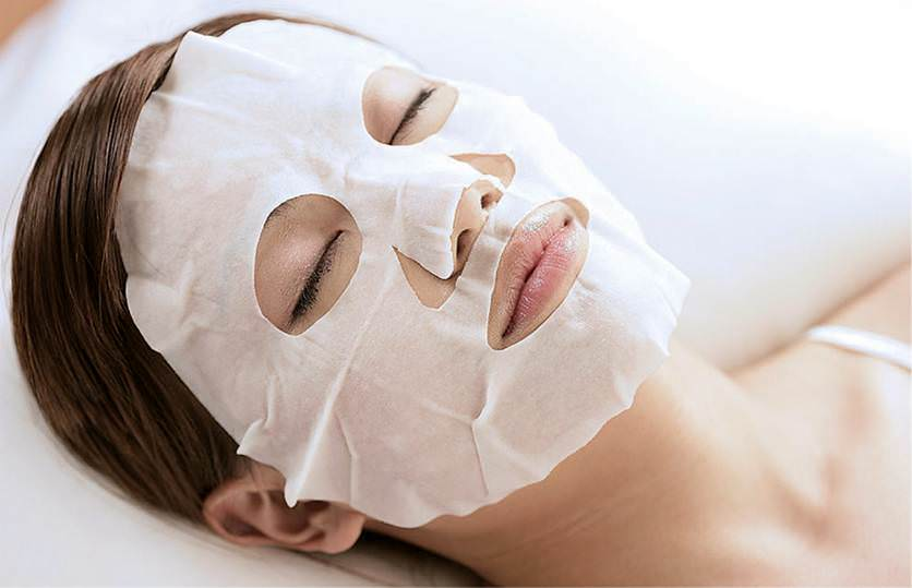Самый простой способ сделать тканевую маску своими руками – купить хлопковую основу и пропитать ее нужным средством