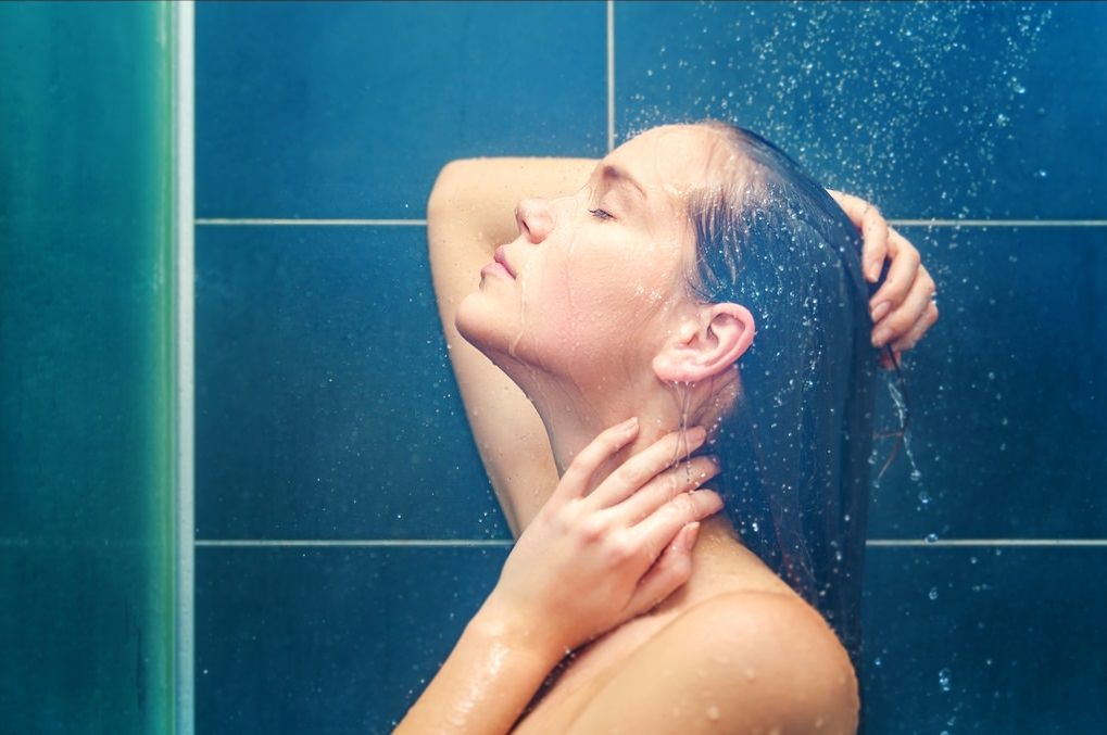 Наносить маску от черных точек лучше сразу после душа или ванной, пока кожа распарена и готова к процедурам