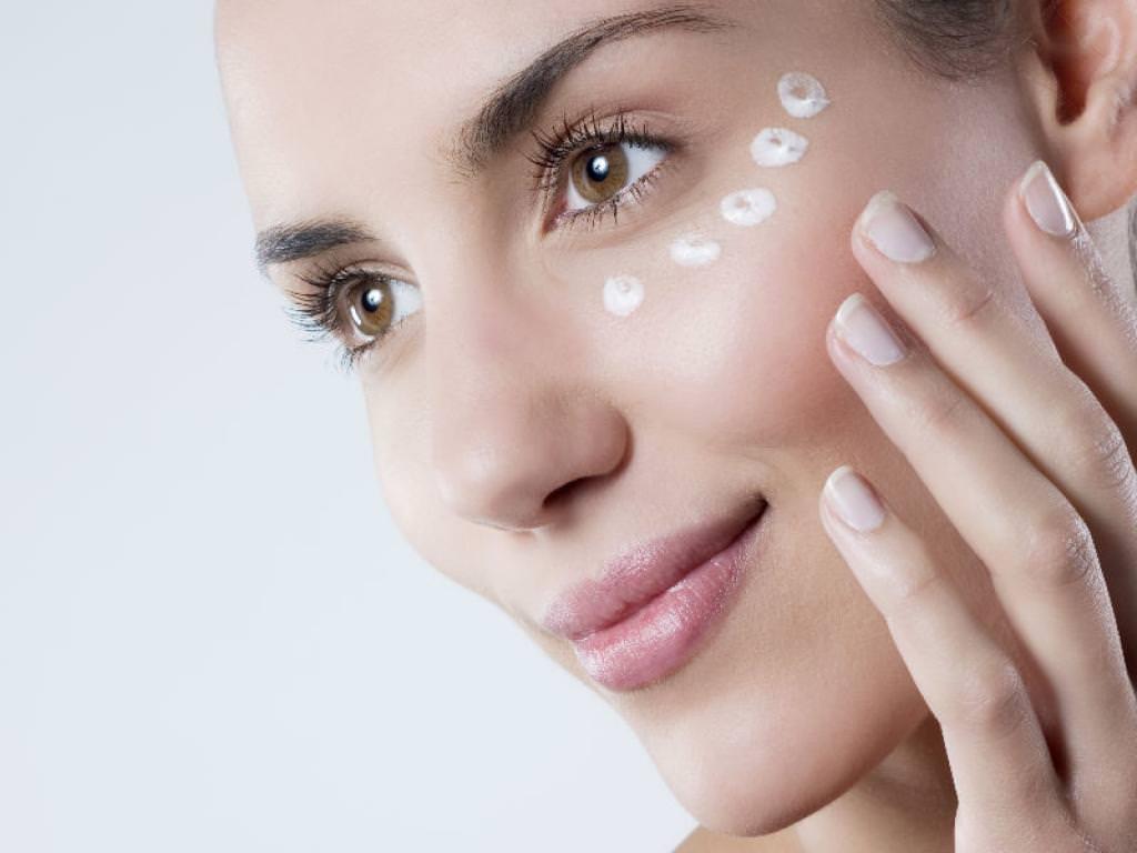 Благодаря усердному комплексному уходу за кожей в области глаз можно уменьшить признаки преждевременного старения