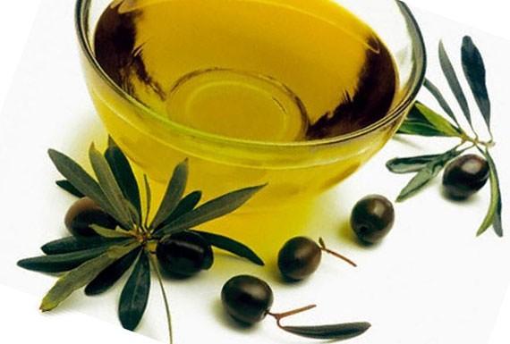Маска на основе оливкового масла хорошо питает и смягчает волосы, а также обладает заживляющим свойством