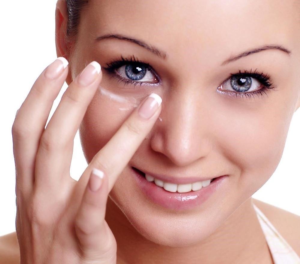 Регулярный уход за кожей вокруг глаз в домашних условиях заменит дорогостоящие походы в СПА-салоны