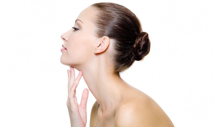 Медовыми масками можно лечить появление прыщей не только на лице, но и на плечах и спине