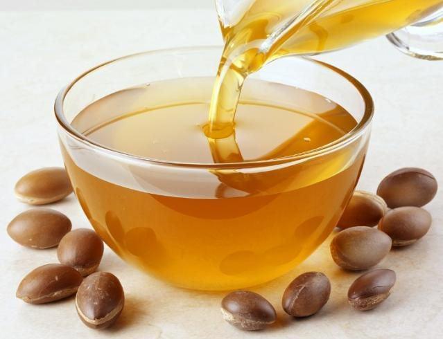 Маска с аргановым маслом питает, смягчает, увлажняет и освежает кожу, предохраняя ее от шелушения и высыхания