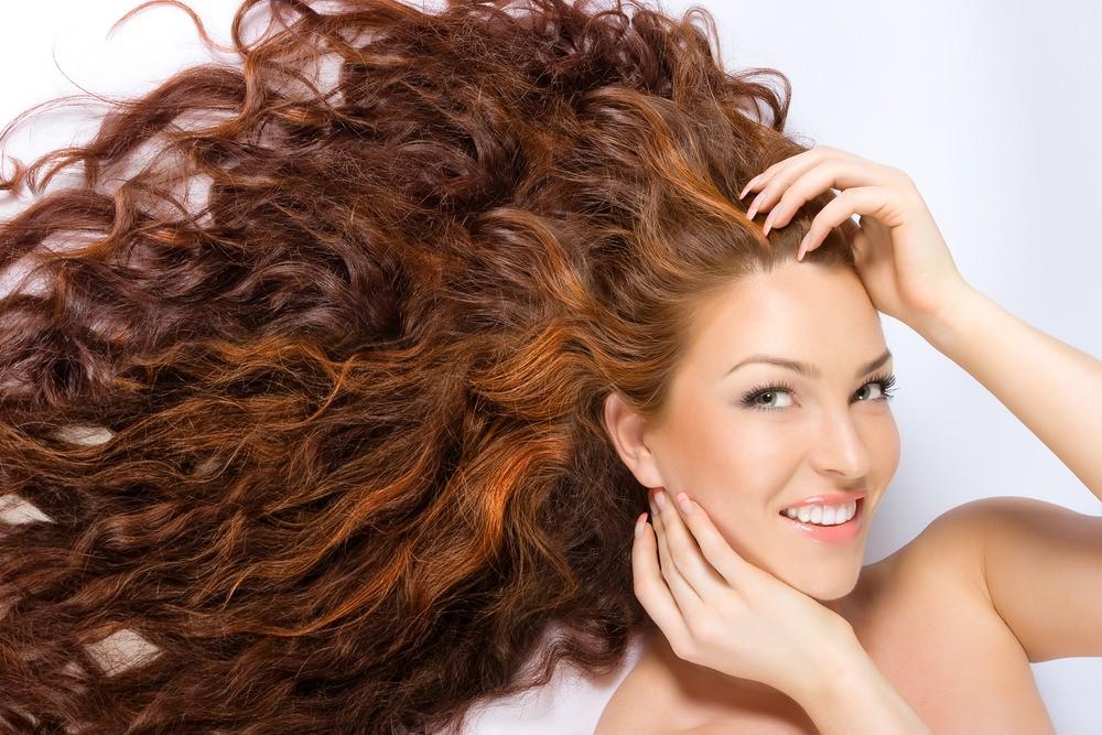 Вьющиеся волосы по всей длине обычно сухие